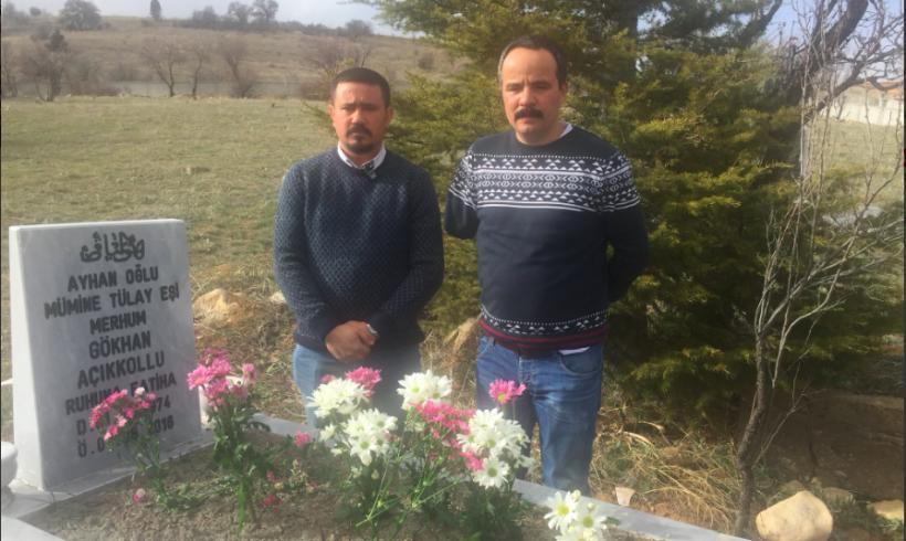 Activista izquierdista visita la tumba del profesor torturado por la policía turca tras el golpe de Estado
