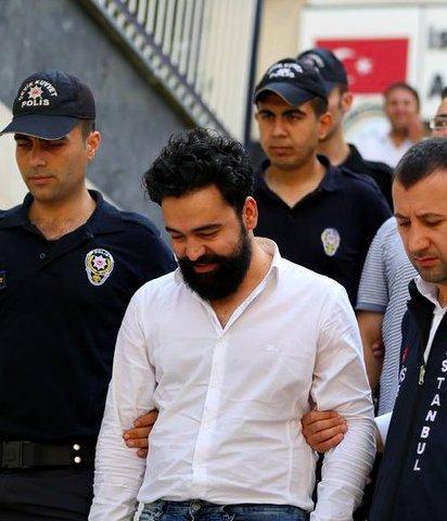 """El periodista turco encarcelado Emre Soncan: """"El mayor delito de pensamiento es afirmar que el pensamiento es un delito."""""""