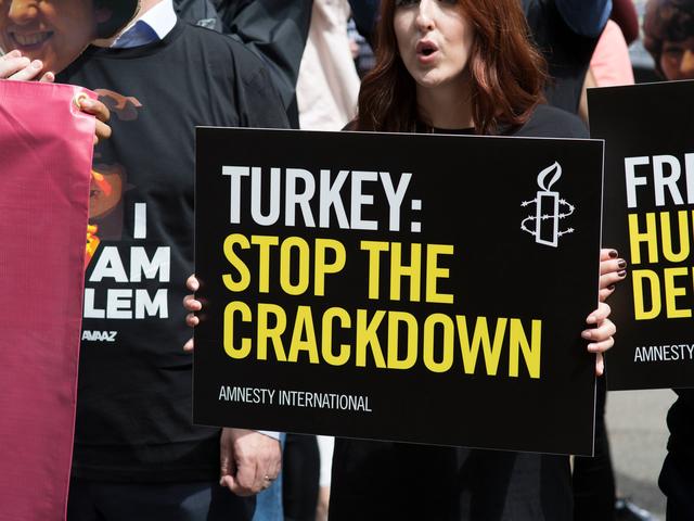 """[INFORME]Amnistía Internacional: """"El estado de emergencia de Turquía terminó, pero la represión de los derechos humanos continúa"""""""